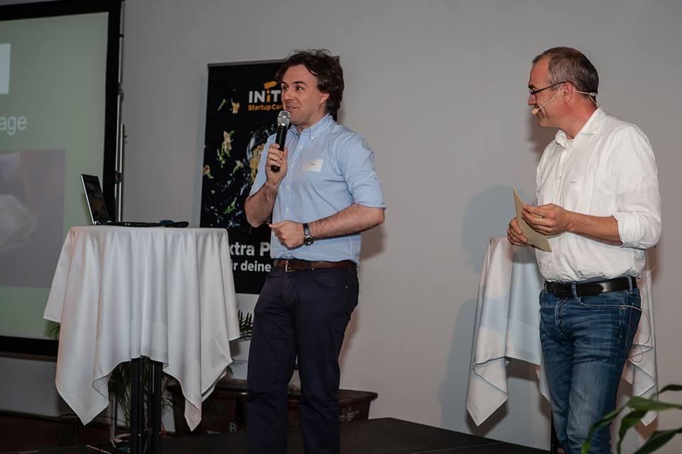 Das Startup WUGGL präsentierte beim INiTS Demo-Day 2014 die Produktinnovation für das Wiegen von Schweinen.